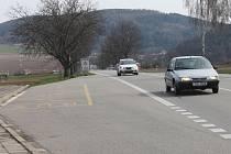 Hlavní tah I/43 u Bořitova, kde proti sobě na horizontu stojí dvě autobusové zastávky. Pro řidiče i chodce jedno z nejnebezpečnějších míst na Blanensku se promění.