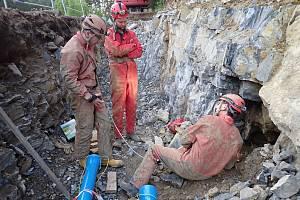 Ve výkopu u Lažánek našli ústí jeskyně.