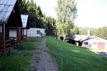 Takto nyní vypadá bývalý cikánský tábor Žalov, který později sloužil jako rekreační středisko. Do konce listopadu se v něm objeví dělníci se stroji a zbourají většinu starých budov. Zasypou i koupaliště.
