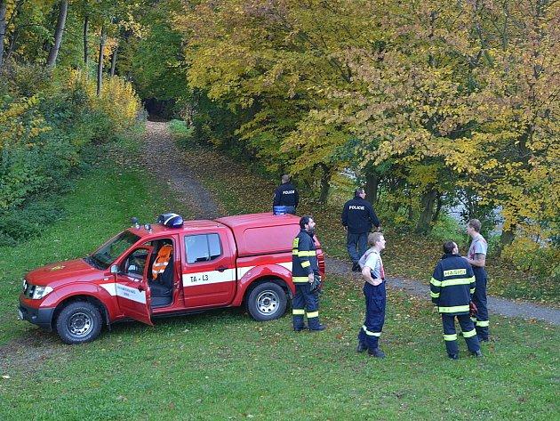Žena zapadla v bahně v říčním korytu.