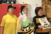 Jak žijí včely, chutná med nebo včelí výrobky se dozvěděli žáci z mateřské a základní školy ve Křetíně.