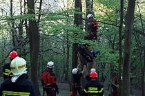 Specialisté z lezecké skupiny brněnských hasičů a také místní hasiči vyjížděli ve středu před šestou hodinou na pomoc paraglidistovi, který nešťastně přistál v lesním porostu nedaleko Žerůtek na Blanensku.