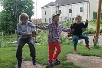 Na zahradě u kostela v Blansku se děti mají kde vydovádět.