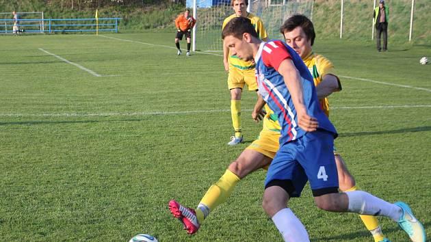 Fotbalisté Blanska (v modrém) porazili Mutěnice 4:1.