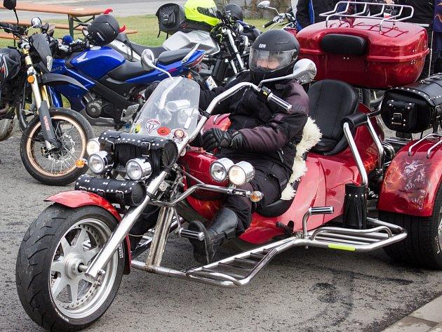 Motorkáři z drnovického Kiliangangu zakončili sezonu. Vyjížďkou a kaskadérskou show.