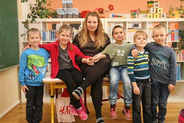 Prvňáčci ze ZŠ Šebetov spaní učitelkou Lucií Khýrovou.