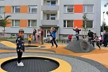 Veřejná prostranství v blanenském sídlišti Zborovce mění postupně svou tvář. Ve třetí etapě za více než 15 milionů korun se proměnily do moderního střihu plochy mezi bytovými domy v Kamnářské a Cihlářské ulici.