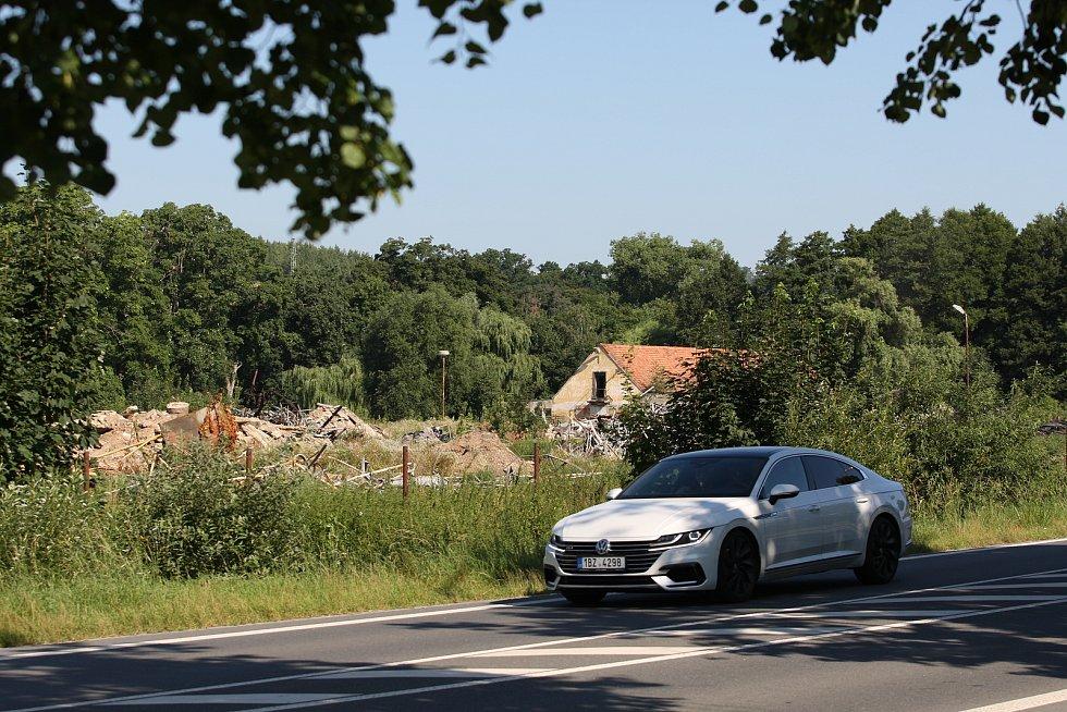 Z většiny skleníků v blanenské ulici Poříčí jsou po více než dvou měsících hromady šrotu. Těžká technika se zakousla také do starých provozních budov.