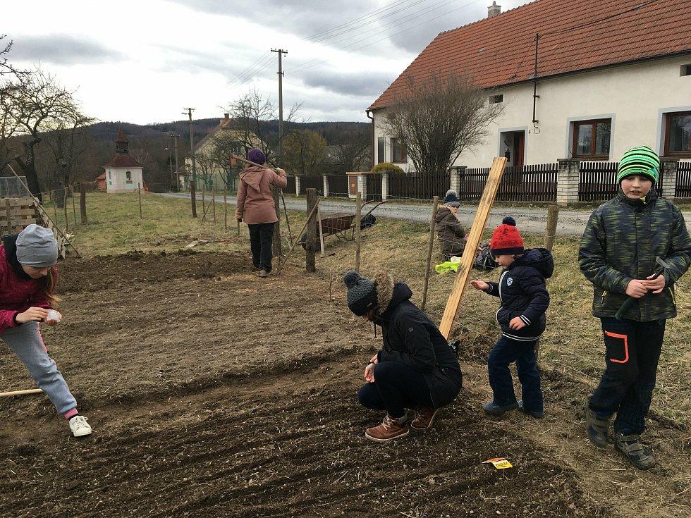 Je to smysluplné trávení volného času, shodují se členové Komunitní farmy.