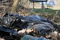 """Někteří lidé si s odpadky nelámou hlavu. PET lahve i igelity lemují i silnice do """"brány Moravského krasu."""""""
