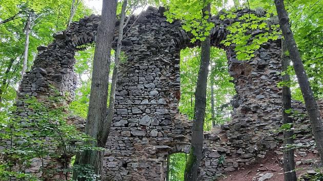 Rozsáhlá zřícenina hradu Blansek leží nad údolím říčky Punkvy a od roku 1958 je chráněna jako kulturní památka České republiky.