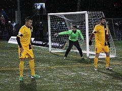 Ondřej Paděra (vlevo) se spoluhráčem Lukášem Martínkem v posledním podzimním zápase Ligy malého fotbalu.Paděra dal hatrrick a je zatím nejlepším střelcem ligy.