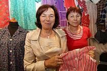 Zástěry, flanelové košile či trenýrky Ivy Unčovské nyní nosí lidé po celé České republice i Rakousku. Na snímku s Livií Klausovou.