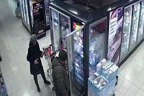 Taška v nákupním vozíku. Krátký rozhovor s neznámým mužem při výběru zboží a hotovost z peněženky, doklady a platební karta jsou v mžiku pryč. Policisté řeší případ dvou starších žen, které nedávno okradla dvojice zlodějů v blanenském supermarketu.