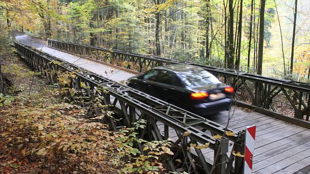 Provizorní most u Holštejna stojí už skoro dvacet let.
