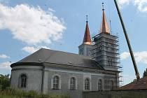 Vanovický kostel se už pyšní i druhou věží.