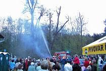 Loňská zábava, kterou pro obyvatele města pořádali v rekreační oblasti Palava, skončila vznícením stromu a příjezdem hasičů.
