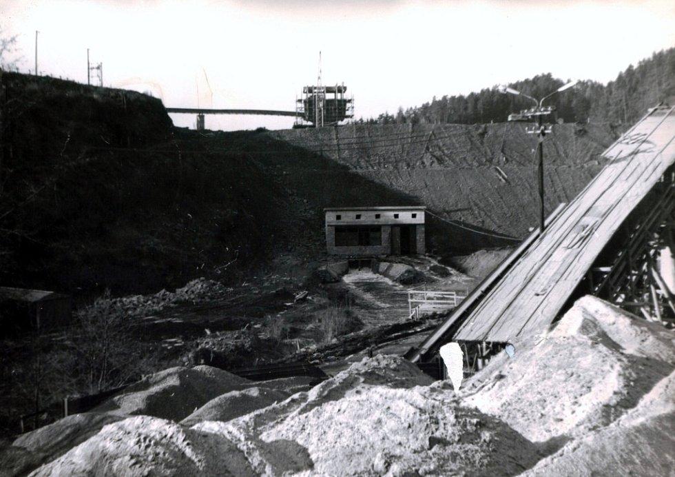 Průchod velké vody stavbou v lednu 1976.