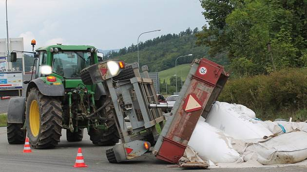 Náklad vysypaný na silnici. Zastavený provoz a škoda deset tisíc korun. Tak dopadla v pondělí po druhé hodině odpoledne dopravní nehoda v boskovické ulici Otakara Kubína.