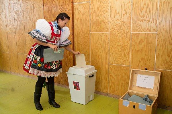 Ve Vřesovicích vyšly volby na hodový víkend. Svůj hlas šla hodit do urny imístní chasa včele se stárkem Martinem Pazderou.
