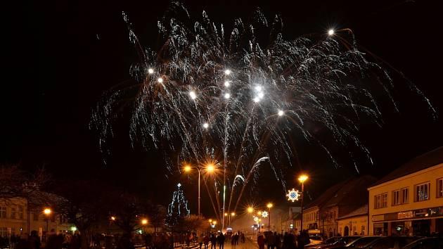 V Letovicích přišli lidé tradičně na městský silvestrovský ohňostroj na Masarykovo náměstí.