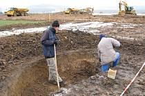 Pracovníci z Ústavu archeologické památkové péče Brno odkrývají polovinu sídlištního objektu.