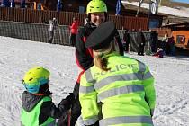 Mezi lyžařskými kombinézami bylo v neděli odpoledne u sjezdovky v Olešnici vidět také policejní uniformy. Blanenští policisté vyrazili do tamního ski areálu na preventivní akci.