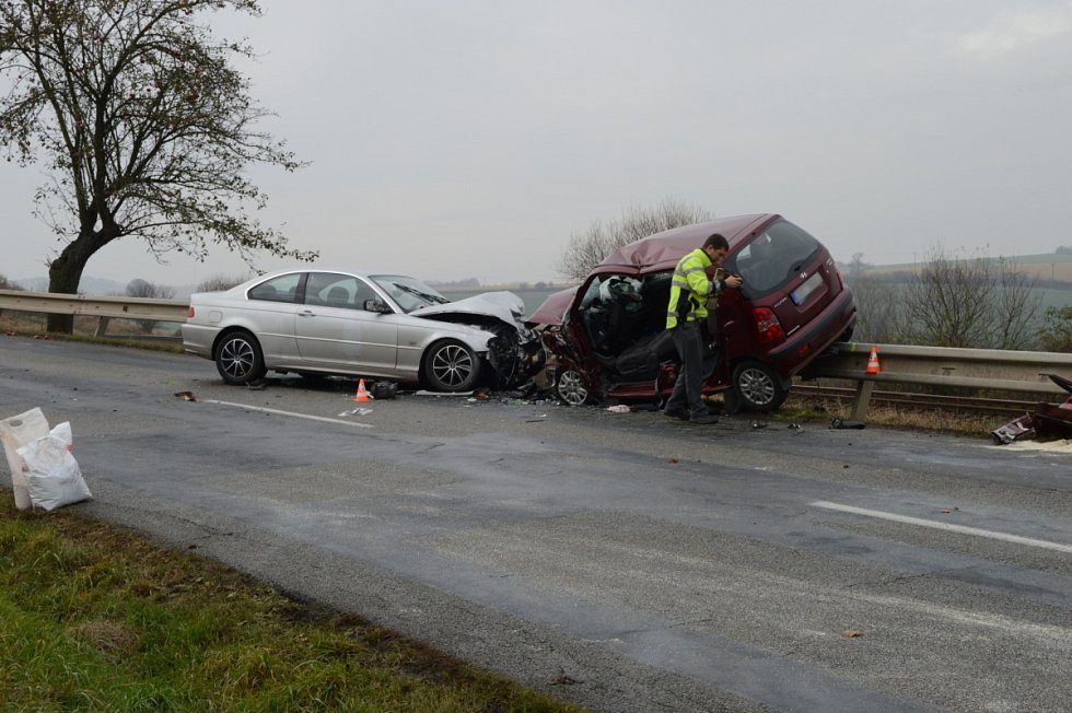 Při čelní srážce dvou aut u Boskovic zemřela v neděli dopoledne starší žena. Vážně zraněného muže přepravil do nemocnice vrtulník, další muž utrpěl lehké zranění.