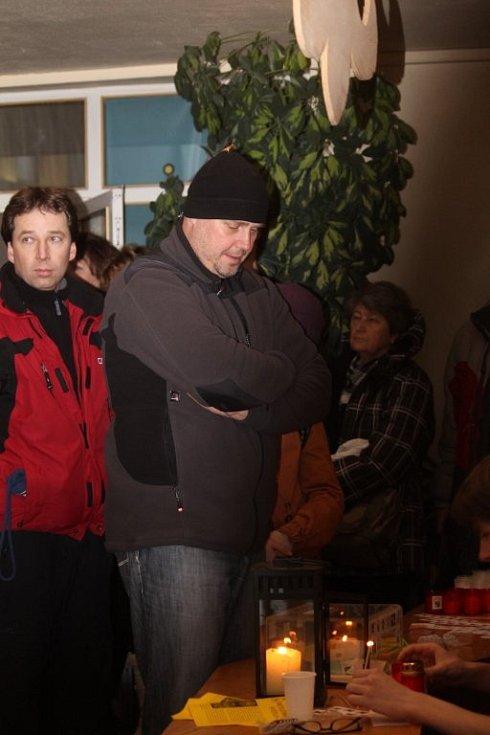 Blanenští skauti rozdávají v neděli i na Štědrý den na městské radnici Betlémské světlo.