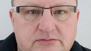 V pondělí měl obchodní schůzku v Praze. Tam ho v tržnici Sapa kolem poledne zachytily bezpečnostní kamery.