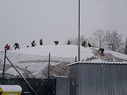 Brněnští hasiči museli začít shazovat sníh ze střech, zatím z jedné nafukovací haly