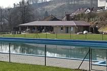 Návštěvníky koupaliště v Lysicích na Blanensku čeká letos lepší zázemí. Dělníci se tam nedávno pustili do rekonstrukce toalet a převlékáren.