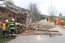 V pondělí kolem půl osmé se v Chlumu zchátralá stodola zřítila.