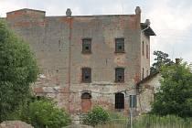 Složitá situace je kolem Salmova mlýna v Blansku, kde sice funguje malá vodní elektrárna, ale jinak dál chátrá. Mlýn sice patří městu, ale kvůli stále neukončeným restitucím ze strany rodiny Salmů do něj však Blansko neinvestuje.