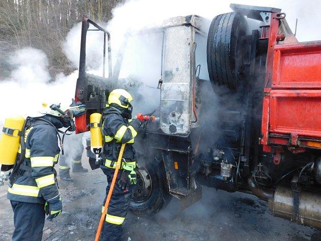 Nákladní auto Tatra ve středu hořelo na silnici z Křtin do Bukoviny na Blanensku. Kvůli zásahu hasičů byla silnice zablokovaná.