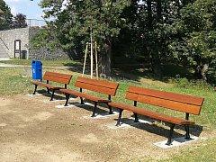 Návštěvníci zámeckého parku v Blansku se posadí na nové lavičky.