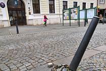 Opilý vandal poničil před blanenskou radnicíc sloupek.