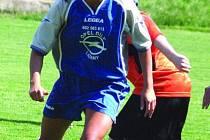 Jedna z nejlepších hráček okresu Nikola Pitharasová vyniká technikou i krásou. Hraje za Lažany.