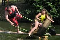 Pokusit se udržet rovnováhu na úzké lávce. Ale v nejlepším případě udělat husarský kousek, skočit do vody a rozesmát návštěvníky. To je smyslem vyhlášené akce Olomučanská lávka, která se v úterý již potřetí konala na rybníku Bahňák v Olomučanech.