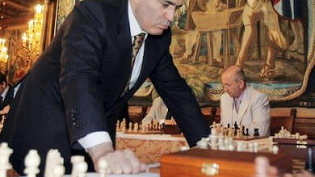 Garry Kasparov nad šachovnicí, v pozadí Vlastimil Chládek z týmu Garde Lipovec.