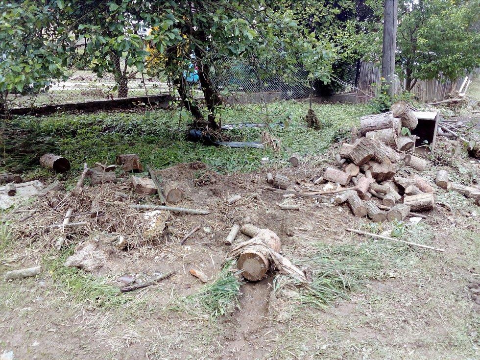Ve Velké Roudce u Velkých Opatovic na Blanensku sčítají a odstraňují škody po sobotním přívalovém dešti, který odnášel auta a zaplavil garáže i části části domků.