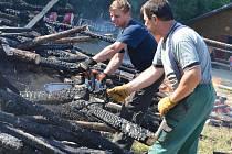 Dobrovolníci v sobotu uklízeli následky požáru, který se stal v pondělí odpoledne v boskovickém jezdeckém areálu Na Kamenici.