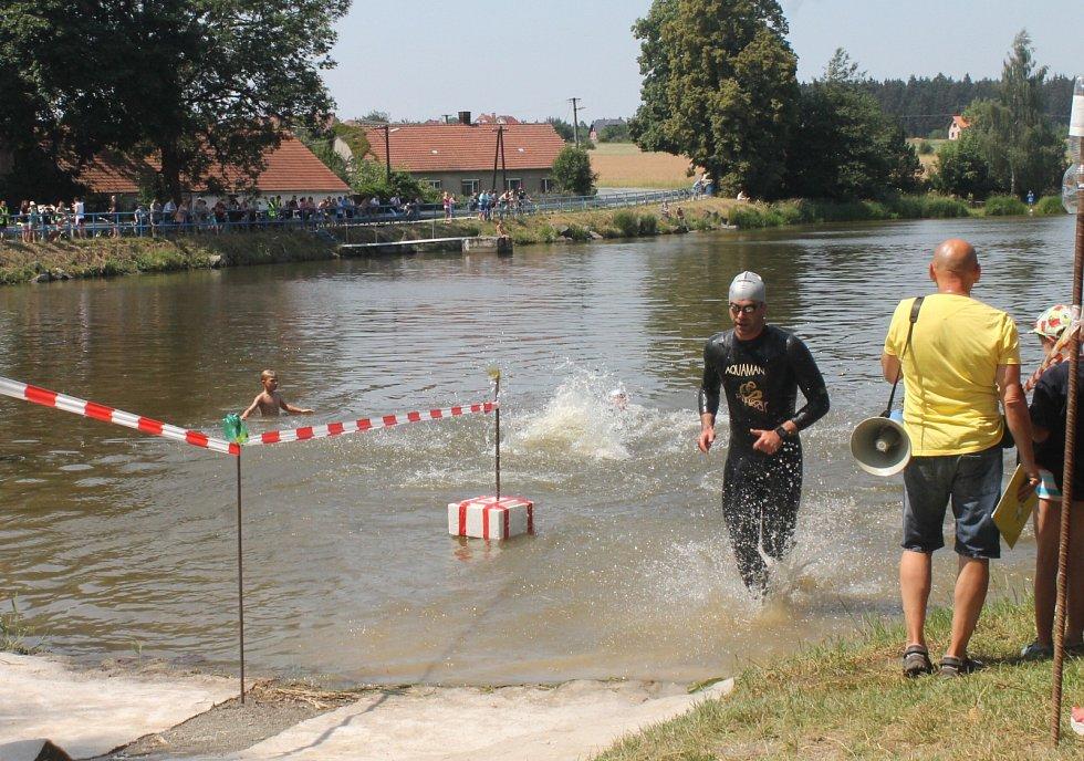 18. ročník Vysočanského triatlonu přilákal v parném sobotním odpoledni k místnímu rybníku nejen přes stovku soutěžících, ale také spoustu diváků. V tvrdé konkurenci byl mezi muži nejlepší Josef Křivánek.