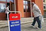 Lidé u krajských a senátních voleb v blanenské Základní škole Erbenova.