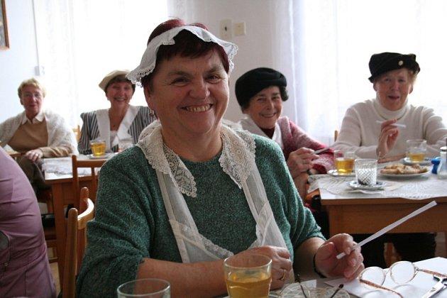 Důchodci v Letovicích jedno ze svých pravidelných setkání pojali jako posezení v prvorepublikové kavárně. Oblékli si kloboučky, háčkované límce či rukavice, stoly v Městském klubu důchodců pokryly historické ubrusy.