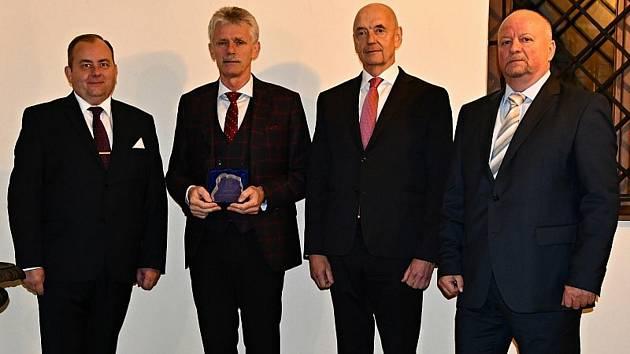 Kardiochirurg Petr Němec (na snímku druhý zleva) obdržel od zástupců blanenské radnice Cena města Blanska. Za přínos v oblasti vědy a techniky i v oblasti záchrany lidských životů.