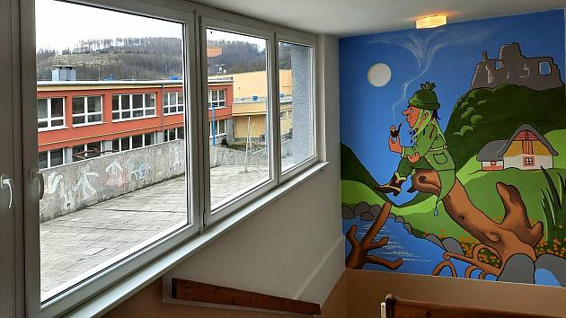 Učitel výtvarné výchovy Ladislav Dostál namaloval na zdi v prostorách boskovické ZŠ Sušilova několik obrazů.