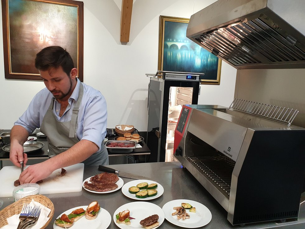 Dva nadšenci ve středu v Brně představili koncept nazvaný Bez kuchyně, který lidem a podnikům umožní připravit hotová jídla za krátkou dobu bez nutnosti mít kuchyň nebo kuchaře.