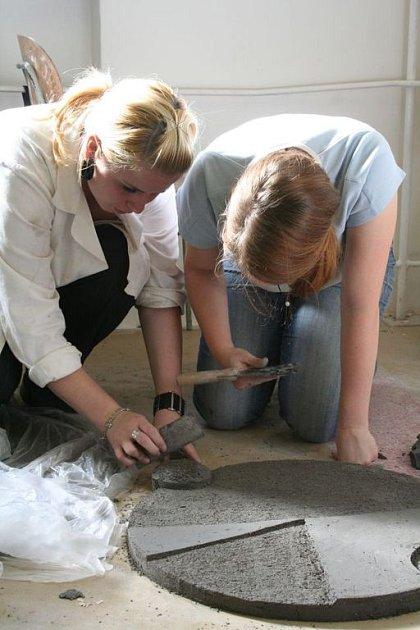 Dvě studentky uměleckoprůmyslové školy ve Velkých Opatovicích pracují na společné plastice.