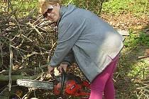 Nebojí se nasednout na radlici traktoru, nechat se zvednout do výšky a za jízdy ořezat živý plot. Naučila se míchat maltu, aby postavila schody, zakládá skalky a sází květiny. To vše zvládne Anna Ondráková ze Lhoty u Olešnice.